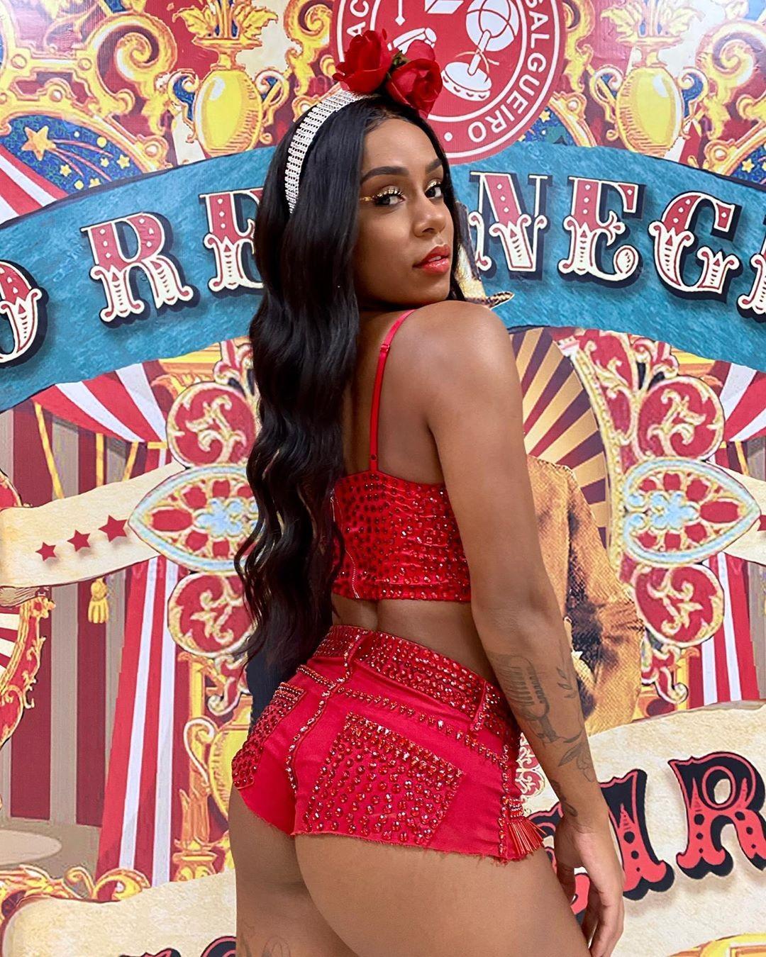 Resultado de imagem para MC Rebecca exibe look para noite de samba no Rio de Janeiro