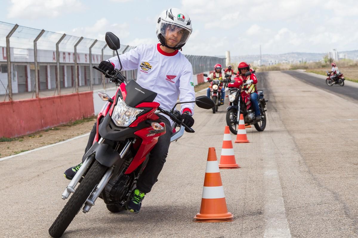 'Moto Amiga' realiza curso de pilotagem defensiva para motociclistas em Caruaru