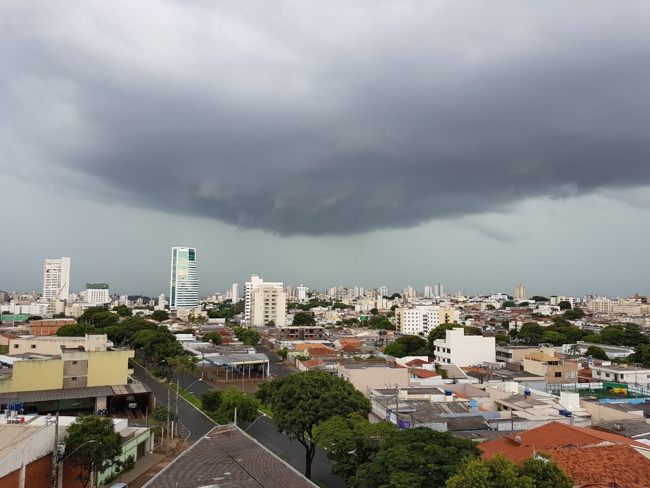 Triângulo e Alto Paranaíba terão fim de semana nublado, com frente fria e muitas chuvas