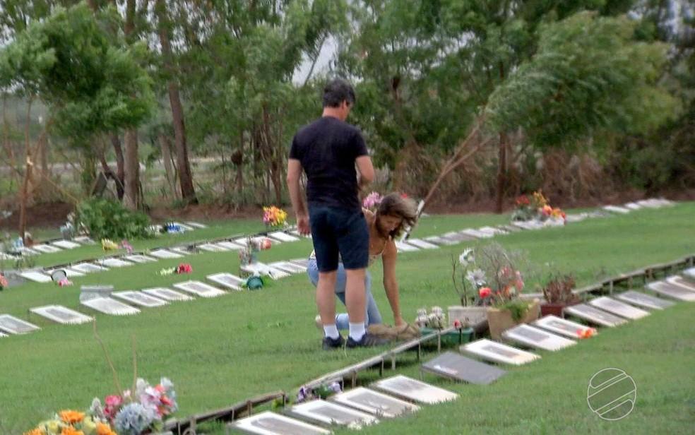 Eles se conheceram durante visitas aos túmulos dos ex-parceiros (Foto: TVCA/Reprodução)