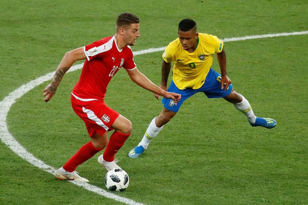 Gabriel Jesus se empenha na marcação no jogo contra a Sérvia (Foto: REUTERS/Maxim Shemetov)