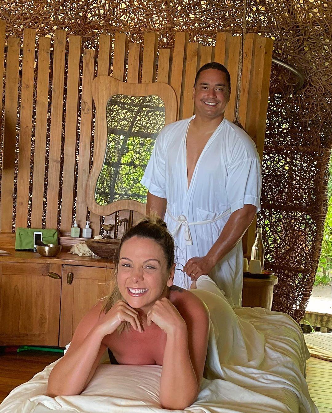 Carla Perez exibe momento íntimo recebendo massagem de Xanddy