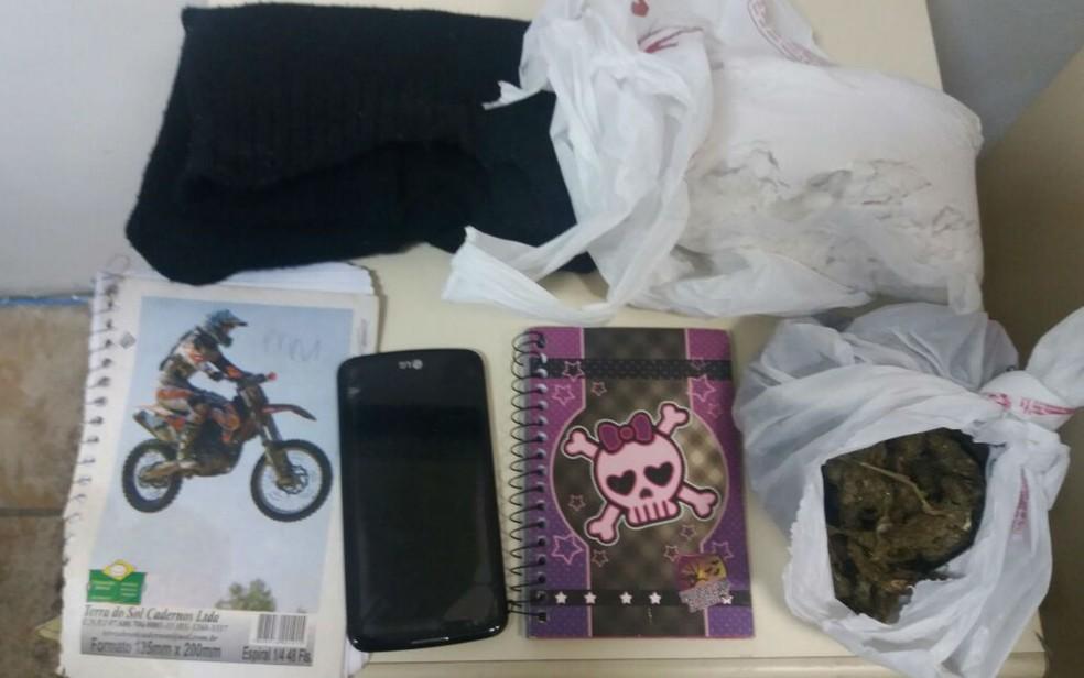 Com o suspeito foram encontrados drogas, documentos falsos e outros materiais (Foto: Divulgação/SSP-BA)