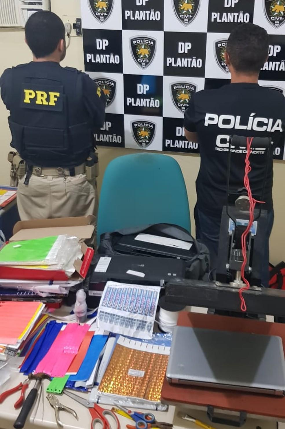 Ação conjunta da PRF e da Polícia Civil apreendeu impressoras e ingressos falsificados com a quadrilha em Mossoró — Foto: Divulgação