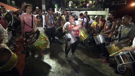 Ritmista da Vai-Vai comemora sucesso de vídeo com ela tocando repique