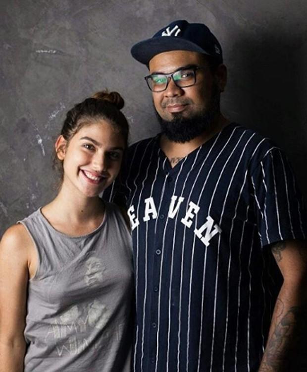 Giovanna Grigio e o tatuador Leandro Old (Foto: Reprodução/Instagram)