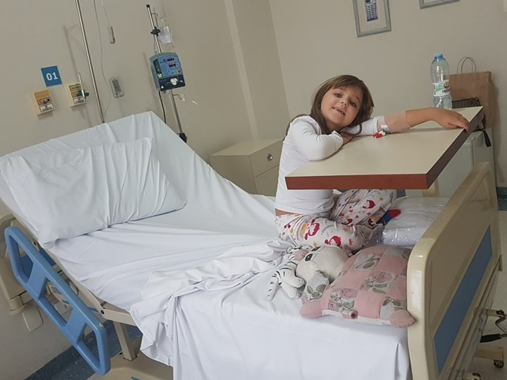 Lara se recuperando da miosite infantil (Foto: Arquivo Pessoal)
