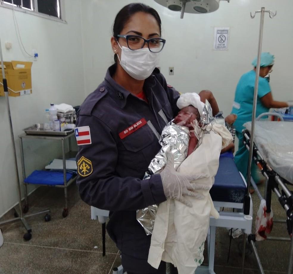 Bebê nasce em ambulância dos Bombeiros, na cidade de Ilhéus, no sul da Bahia — Foto: Divulgação/Corpo de Bombeiros