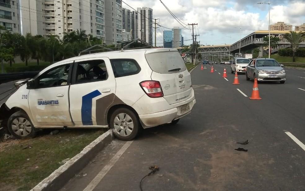 Após o acidente, uma faixa da Avenida Paralela, sentido aeroporto, precisou ser interditada — Foto: Cid Vaz/TV Bahia