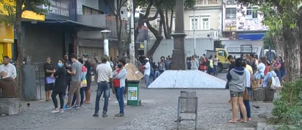 Fila na Caixa Econômica Federal em Nova Iguaçu nesta segunda-feira (27) — Foto: Reprodução/TV Globo
