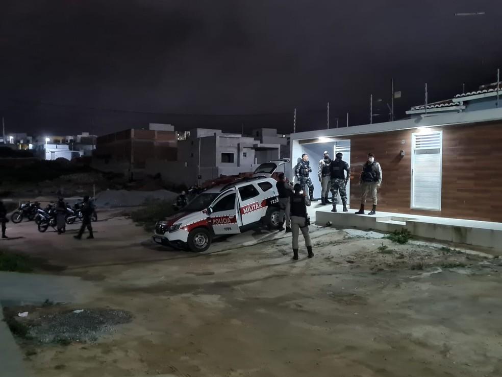 Dois homens são presos suspeitos de invadirem casa e fazerem moradores de reféns, na PB — Foto: Divulgação/PM