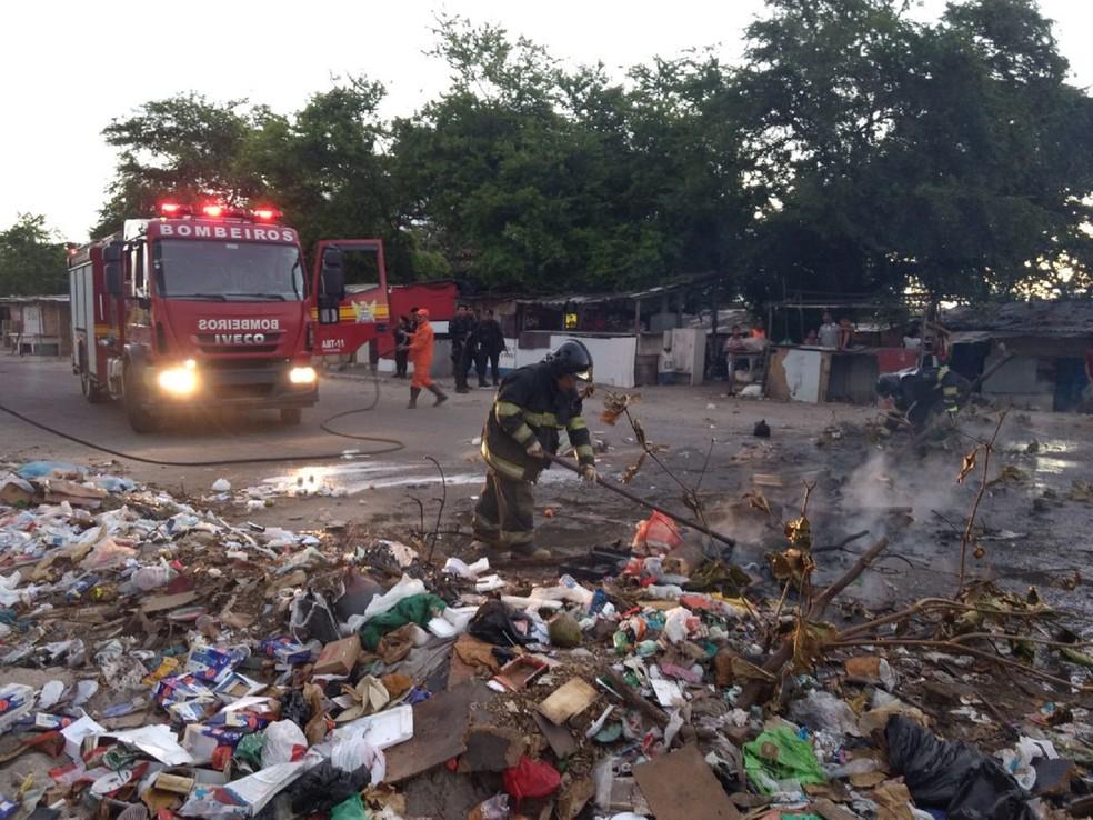 Corpo de Bombeiros foi acionado para apagar chamas  (Foto: Derek Gustavo/G1)