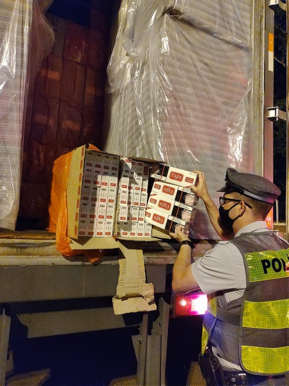 Cerca de 350 mil maços de cigarros foram apreendidos em Assis  — Foto: Polícia Rodoviária / Divulgação