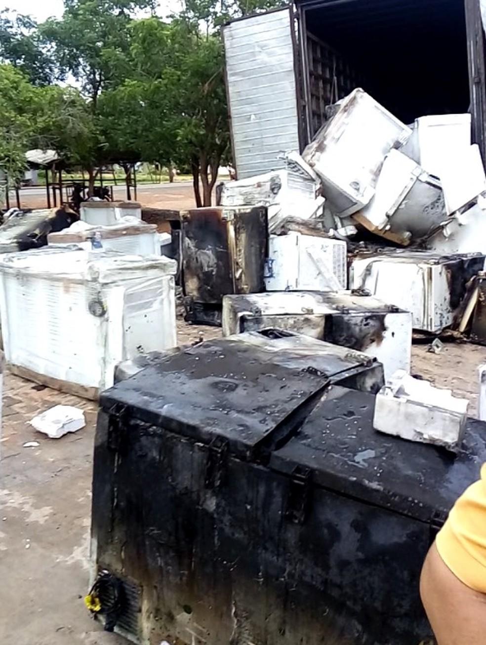 Cerca de 100 freezers foram queimados em incêndio no Piauí — Foto: Everaldo Moura
