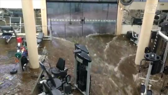 Água da chuva alaga rua e invade academia em Santo Ângelo; vídeo