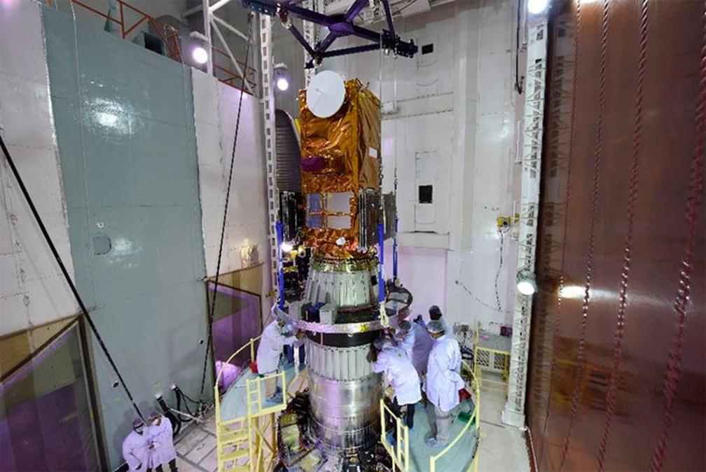 Amazônia 1 sendo integrado ao PSLV, dias antes do lançamento. — Foto: Divulgação/Instituto Nacional de Pesquisas Espaciais