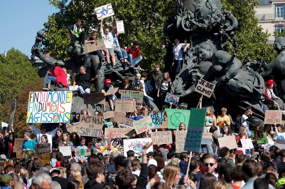 Manifestantes tomam praça de Paris em protesto contra mudanças climáticas nesta sexta (20). — Foto: Charles Platiau/Reuters