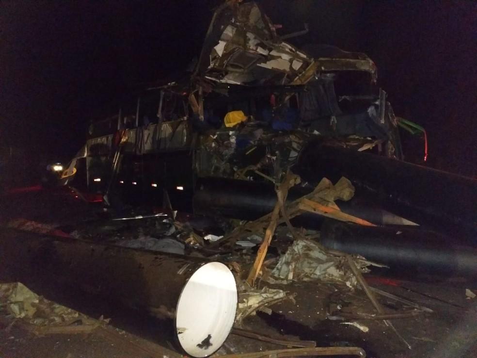 Segundo os bombeiros, seis pessoas que estavam no ônibus morreram no local (Foto: Corpo de Bombeiros/Divulgação)