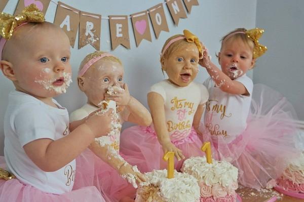Bolo de bebês gêmeas (Foto: Reprodução/Facebook)