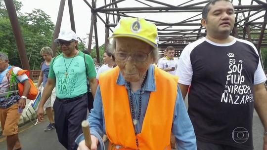 Italiana de 95 anos viaja o mundo a pé em romaria