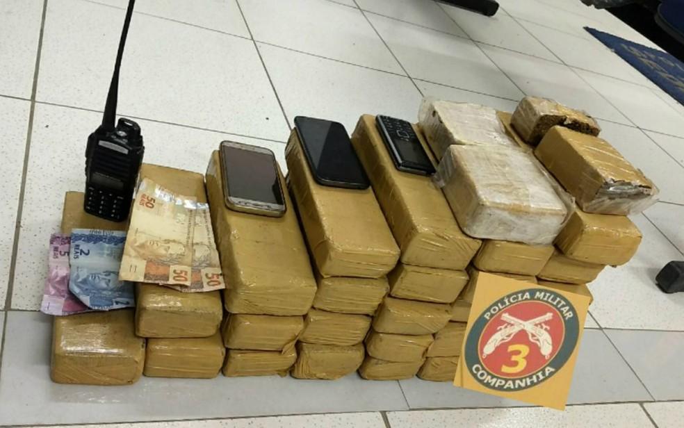 Policiais apreenderam 28 tabletes de maconha prensada, duas barras de crack, um rádio comunicador, celulares e R$ 107 (Foto: Divulgação / SSP-BA)