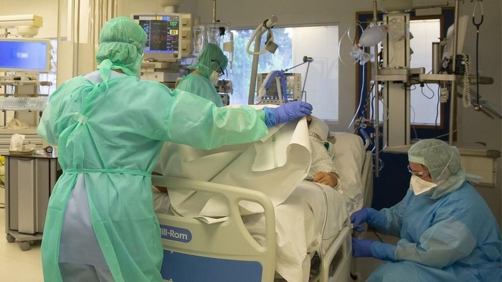 No Brasil, mais de 10 mil profissionais de enfermagem foram afastados com Covid-19 — Foto: EPA