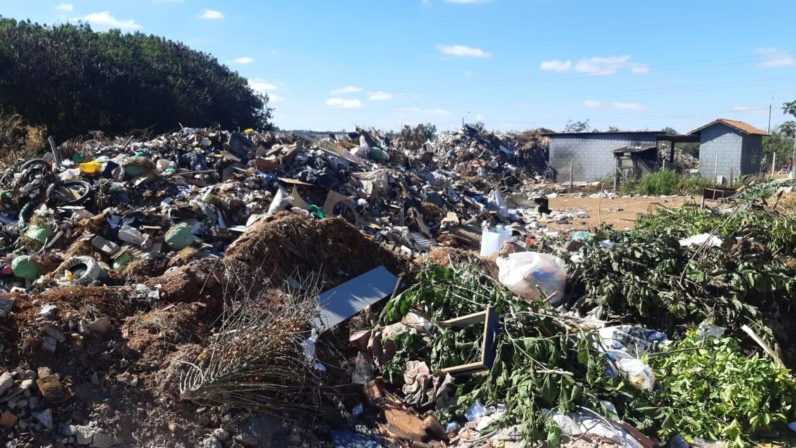 Lixo do ecoponto do Jardim Oriente em Piracicaba transborda e invade rua