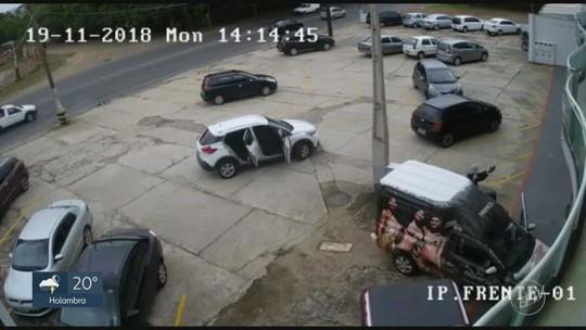 Vídeo mostra momento em que funcionária de loja de roupas é assaltada em Americana