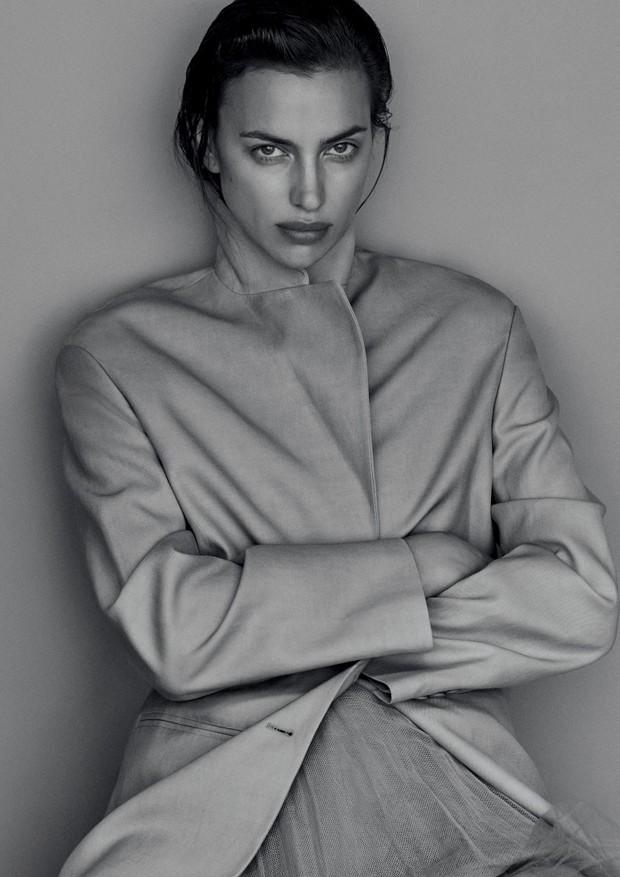 Irina Shayk usa vestido Dior e blazer Alberta Ferretti (Foto: Giampaolo Sgura)