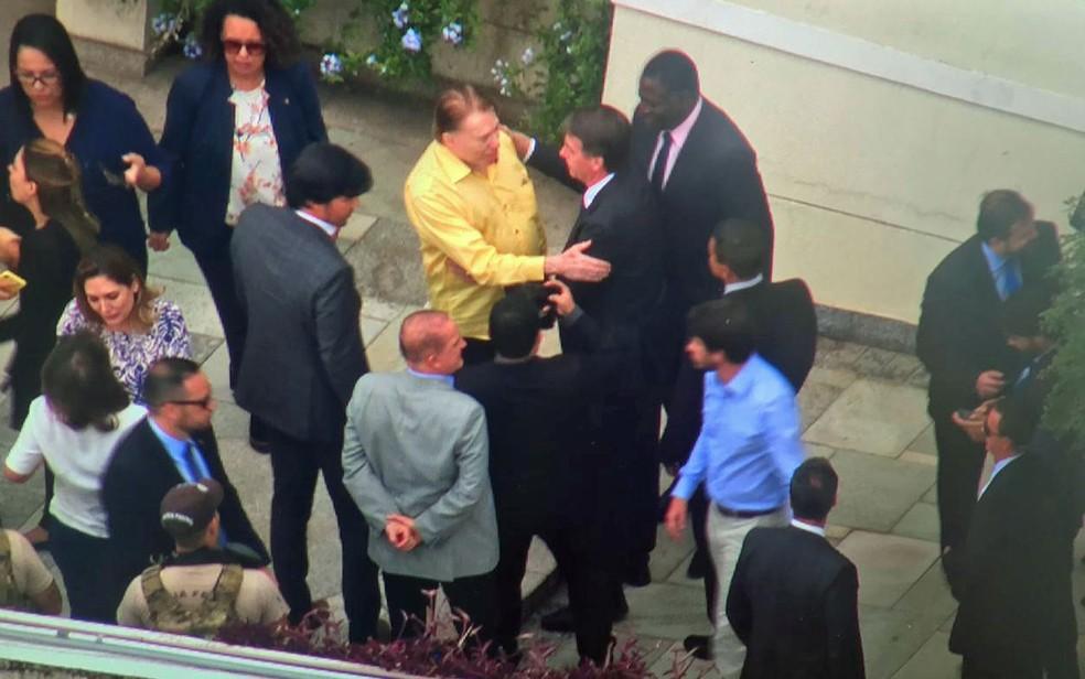 Silvio Santos recebeu Jair Bolsonaro em sua casa após o presidente eleito passar em exames no hospital — Foto: José Afonso/TV Globo
