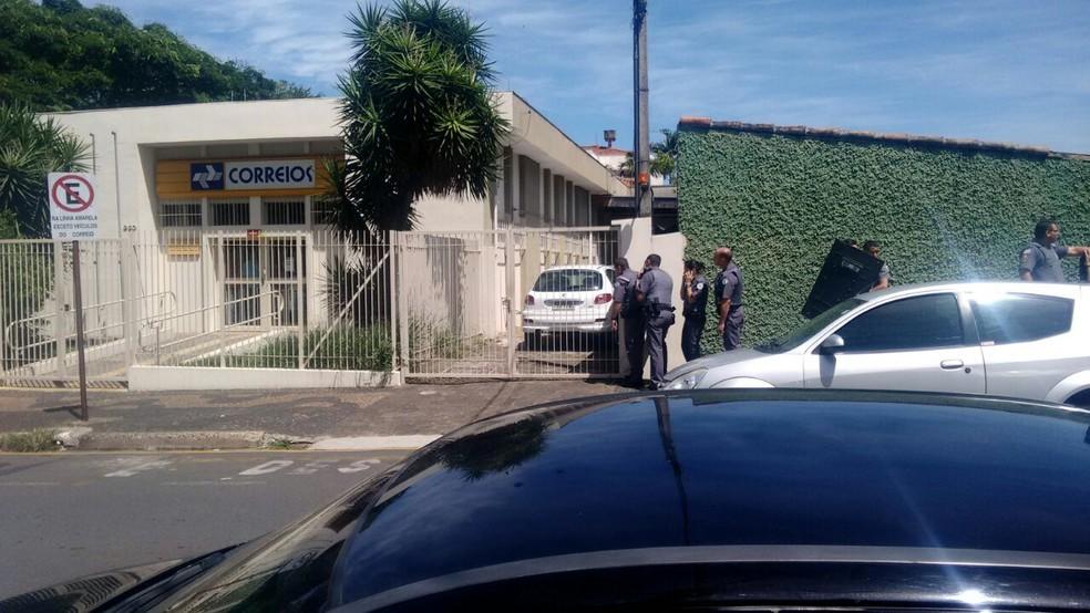 Polícia Militar negocia com criminosos durante assalto em Correios, em Santa Bárbara d'Oeste (Foto: Edijan Del Santo/EPTV)