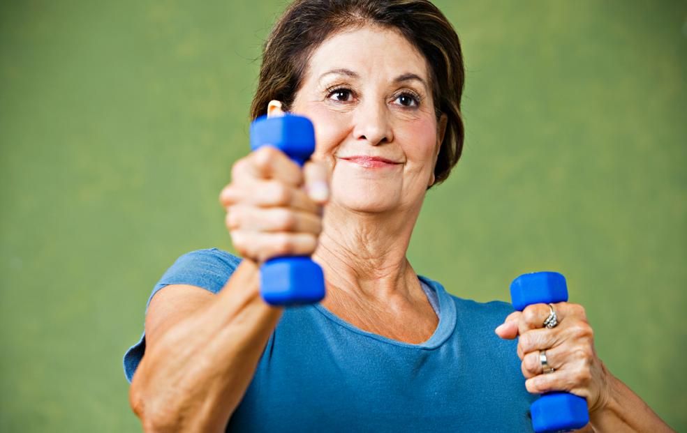 Musculação na terceira idade ajuda a melhorar qualidade de vida, ao evitar complicações da osteoporose e sarcopenia — Foto: Getty Images