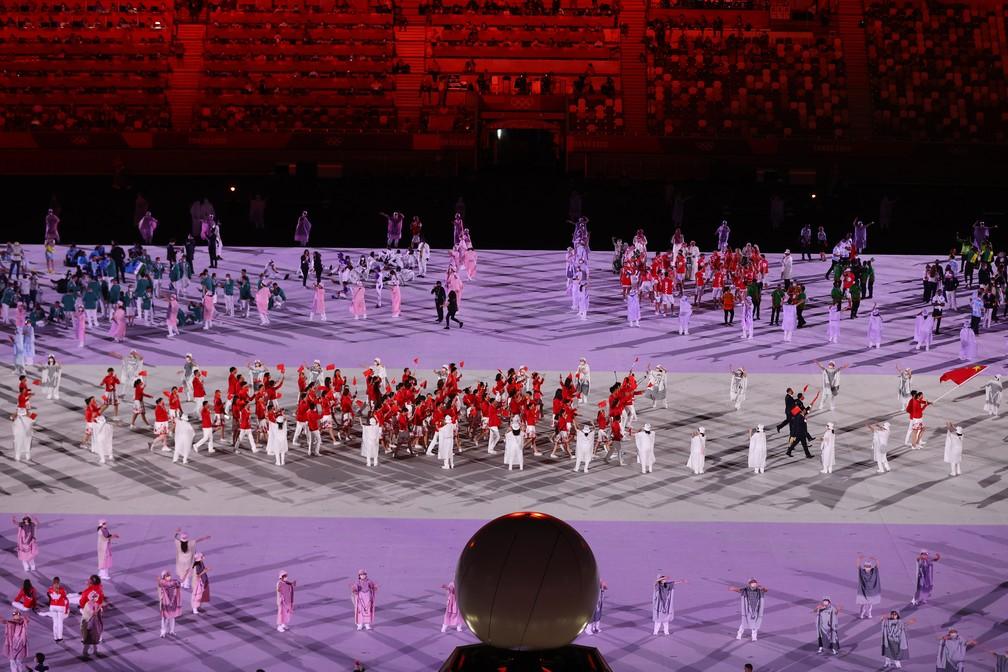 Zhao Shuai e Ting Zhu lideram parte da delegação da China durante a cerimônia de abertura dos Jogos Olímpicos de Tóquio, no Japão — Foto: Leonhard Foeger/Reuters