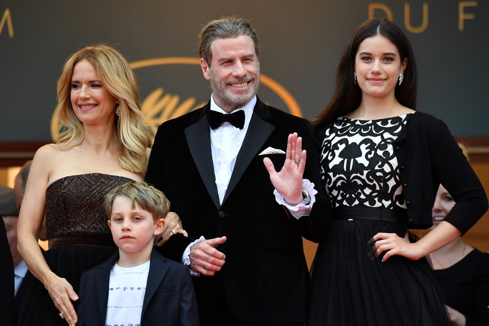 -  John Travolta com a mulher, Kelly Preston, e os filhos, Ella Bleu e Benjamin, no Festival de Cannes 2018  Foto: Alberto PIZZOLI / AFP