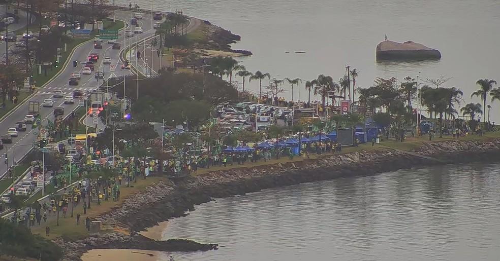 Florianópolis, por volta das 9h35 de terça-feira: Concentração do participantes do protesto — Foto: Reprodução/ NSC TV