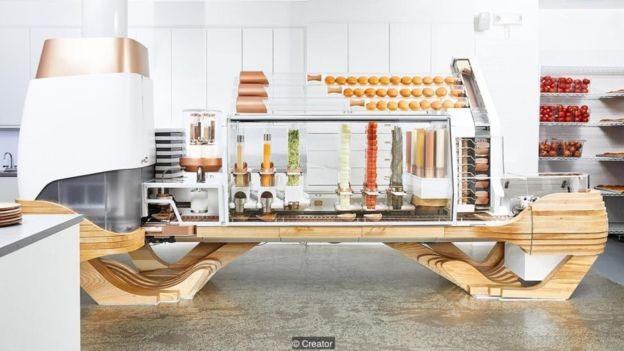 São necessários cinco minutos, de ponta a ponta, para que um hambúrguer seja produzido pelo robô da The Creator (Foto: The Creator via BBC News Brasil)