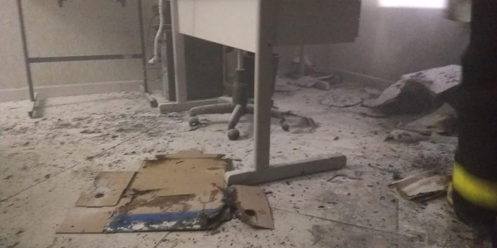 Bombeiros disseram que fogo na Prefeitura de Cruzeiro do Oeste começou por volta das 19h30 (Foto: Corpo de Bombeiros/Divulgação)