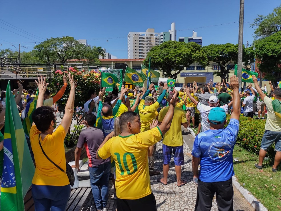NATAL, RN 9h40 - Manifestantes fazem orações durante ato de apoio ao presidente Jair Bolsonaro na capital potiguar. Parte dos manifestantes não usa máscara. — Foto: Lucas Cortez/Inter TV Cabugi