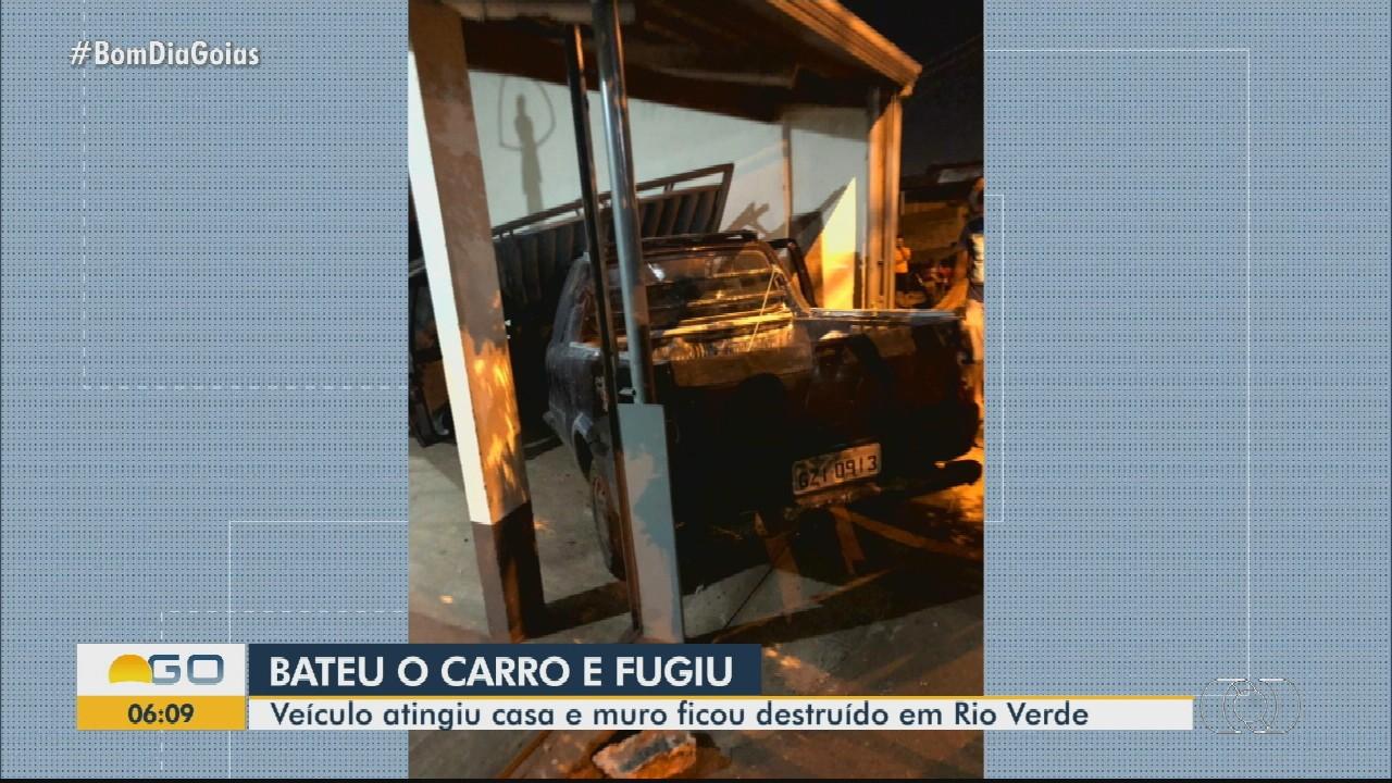 Motorista bate em portão e muro de casa em Rio Verde