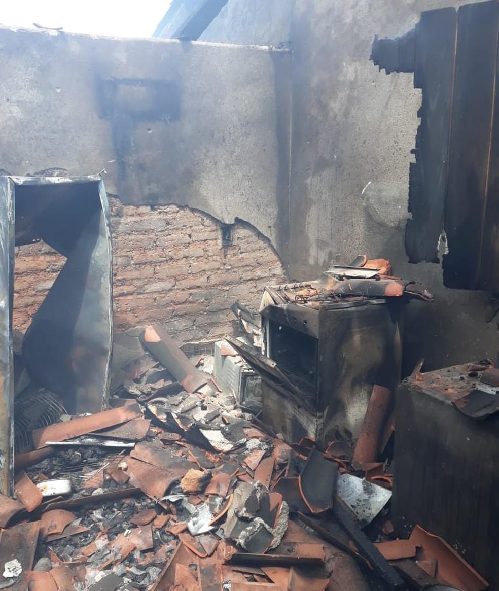 Filho ateou fogo na casa em que morava com a mãe no RN — Foto: Thiago Aragão