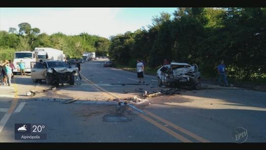 Batida de frente entre veículos deixa pelo menos 3 mortos na BR-459