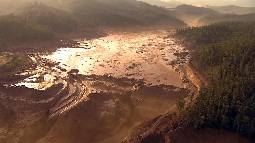 Milhões de m³ de lama de rejeito vazaram da Barragem de Fundão em Mariana. (Foto: Reprodução/GloboNews)