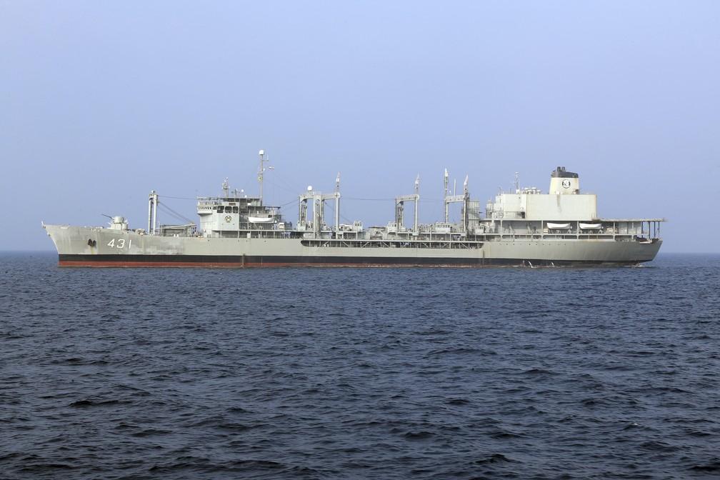 Foto sem data do Kharg, navio de apoio da Marinha do Irã, fornecida pelo Exército iraniano. O maior navio de guerra da marinha iraniana pegou fogo e afundou em 2 de junho de 2021 no Golfo de Omã. — Foto: Exército do Irã via AP