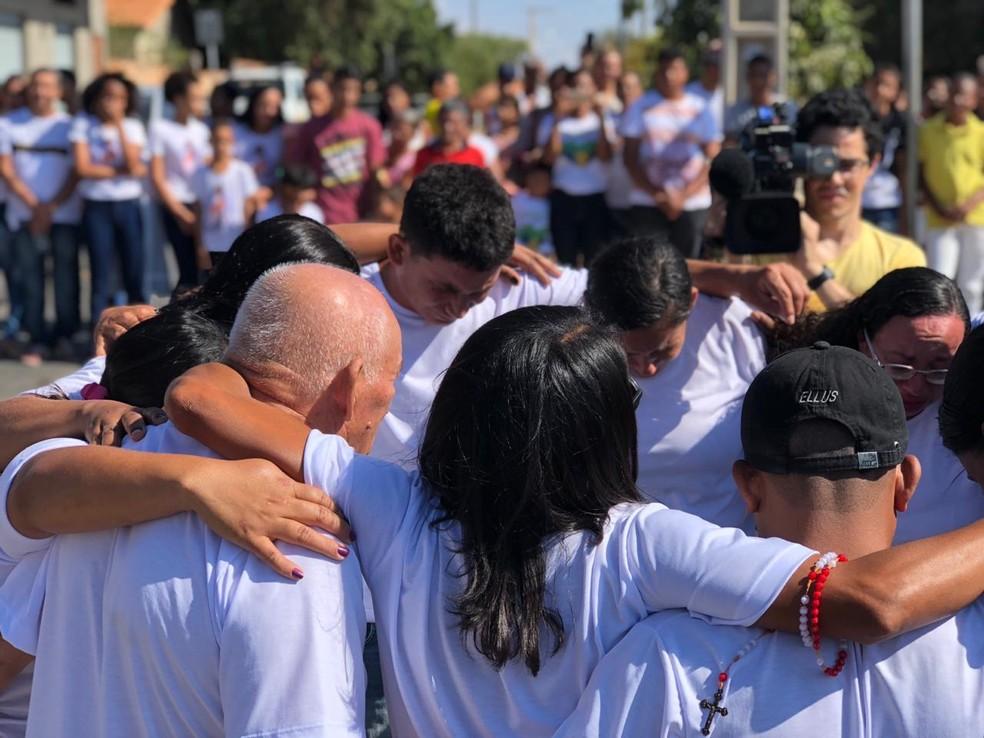 Famílias oraram pelos mortos ao centro do círculo — Foto: Juliana Gorayeb