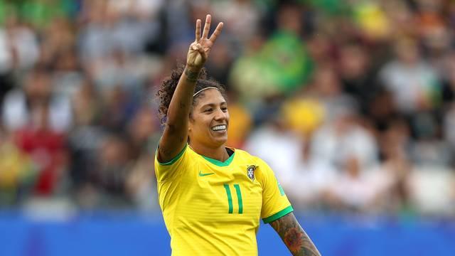 Cristiane marca três gols e garante vitória do Brasil