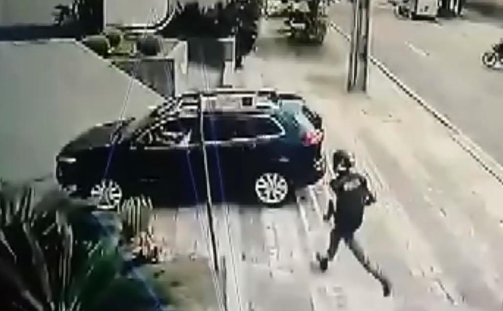 Motociclista que se passava por entregador é flagrado assaltando motorista, em Curitiba; VÍDEO
