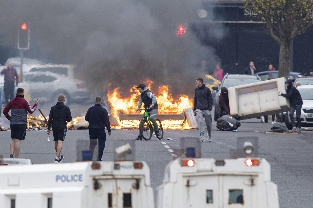 Polícia da Irlanda do Norte encontra bomba sob viatura