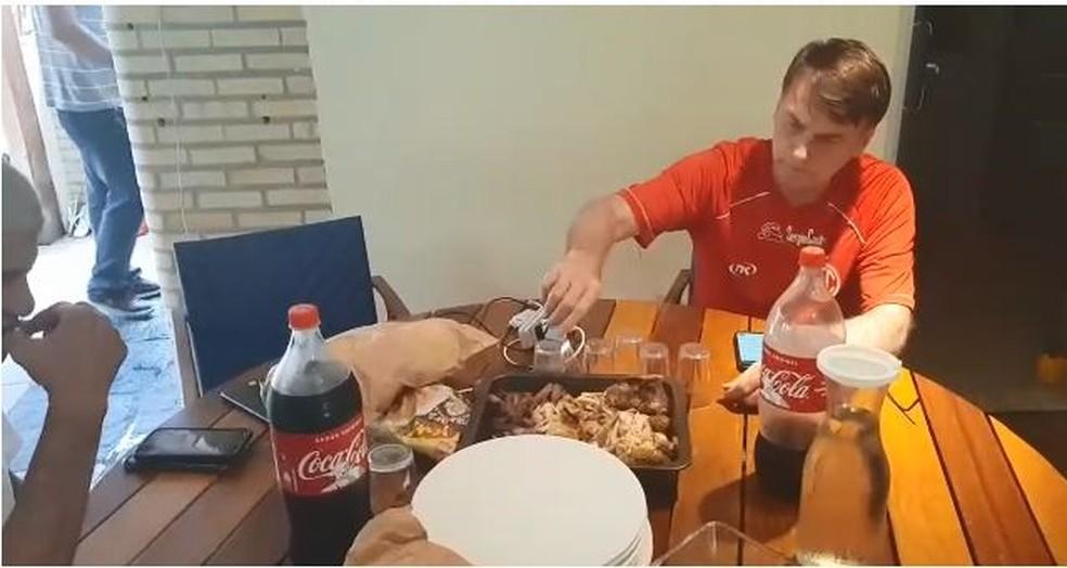 Bolsonaro comendo churrasco — Foto: Assessoria de imprensa do presidente eleito