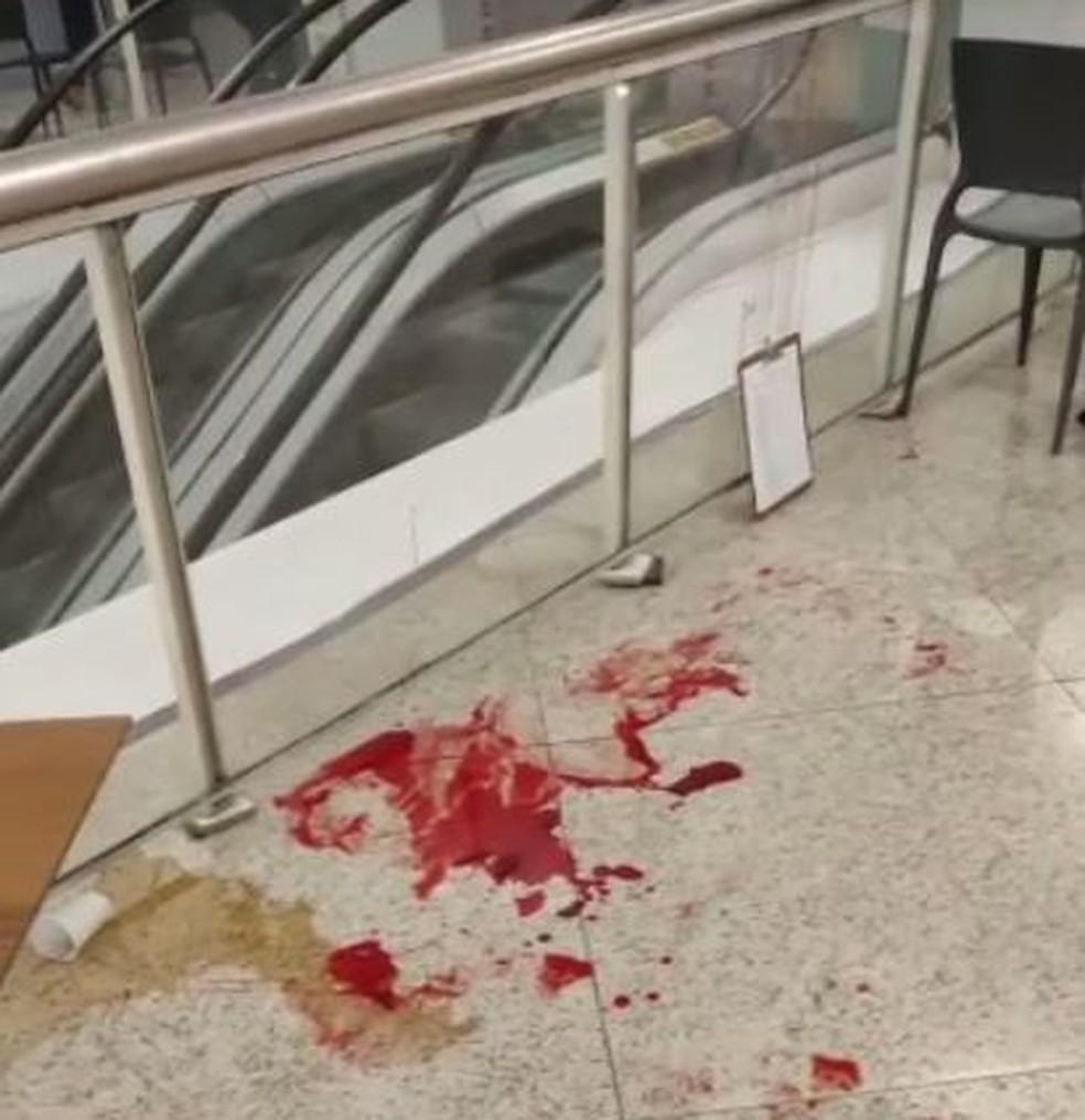 Chão do shopping onde mulher caiu ficou sujo de sangue — Foto: Reprodução