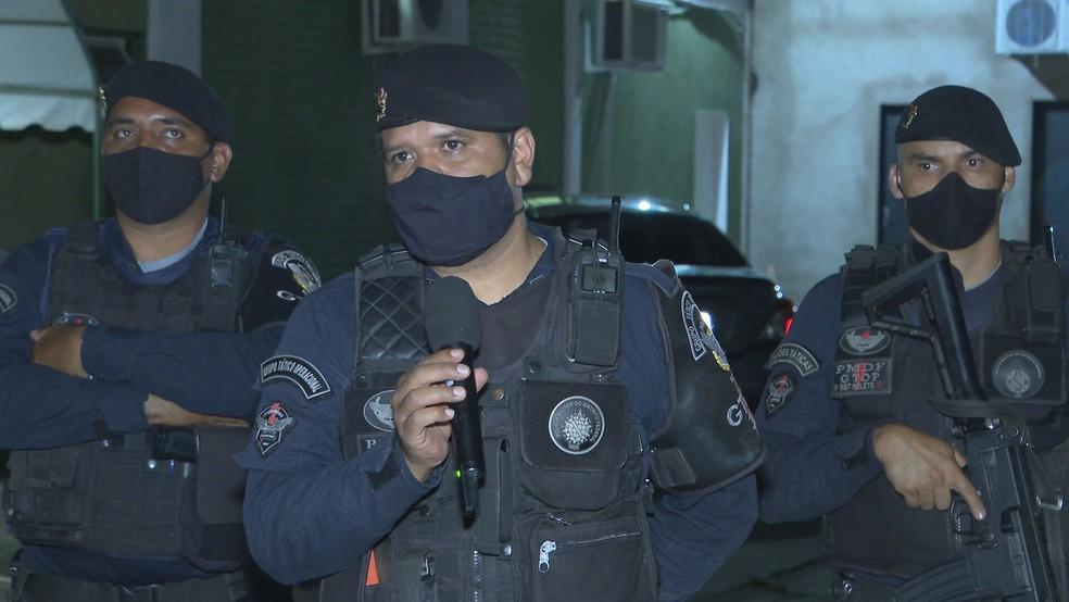Militares que negociaram com mulheres suspeitas de levar criança sem autorização da mãe — Foto: TV Globo/Reprodução